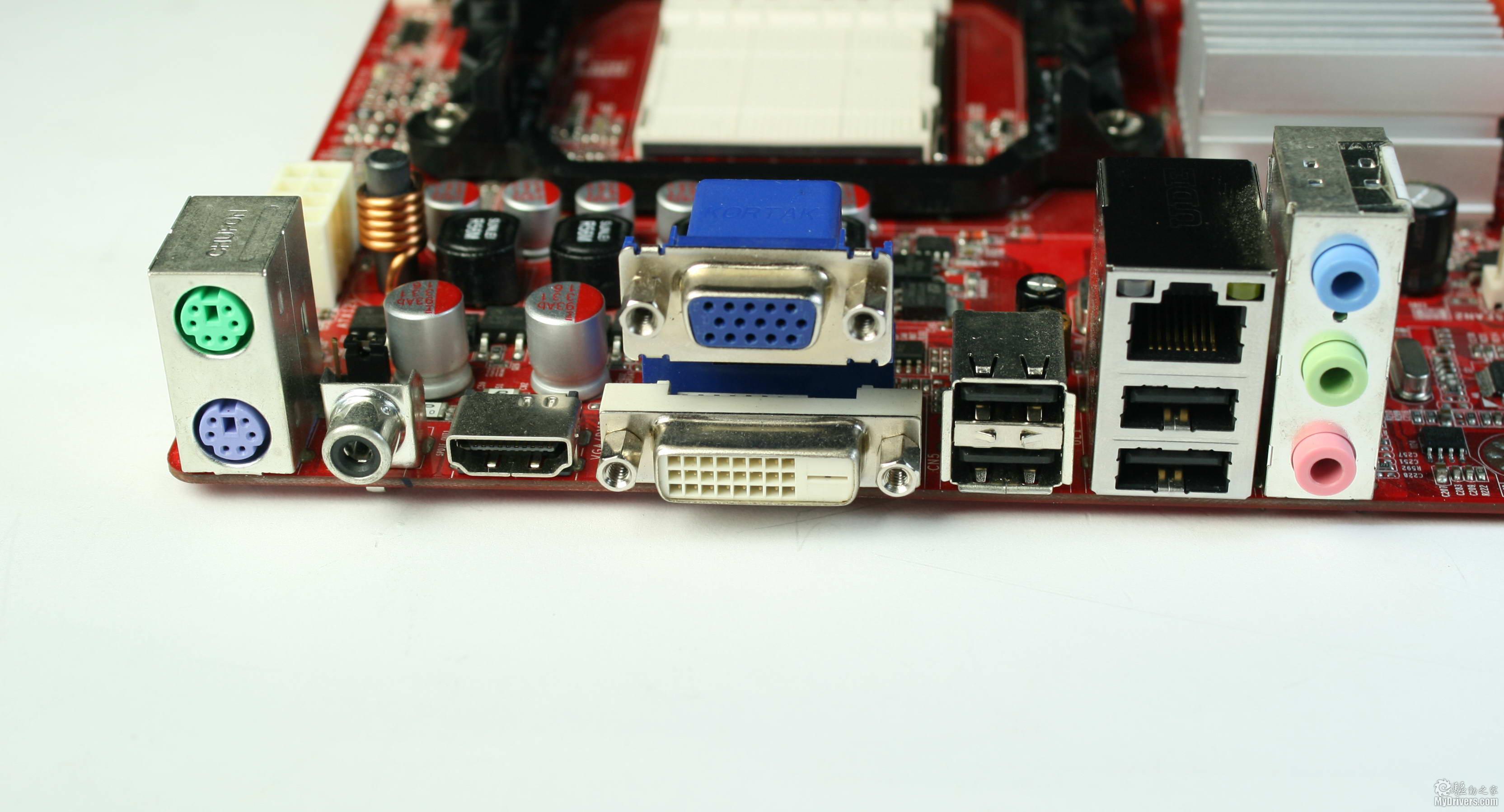 [2.785G主板解析] 785G研发代号RS880,相比之下780G的研发代号为RS780,790GX为RS780D,虽然在研发代号上高于790GX,但是最终的命名和定位却在790GX之下。785G内部整合的显示芯片为HD 4200,支持DX10.1规格,相当于HD 3450级别,而790GX整合的显示芯片为HD 3300,支持DX10.0,相当于HD 2400级别。除了规格上上有所提升,这两款GPU都是40个流处理器单元,只是为了保持性能差距,HD 4200的核心频率仅有500MHz,低于HD 330