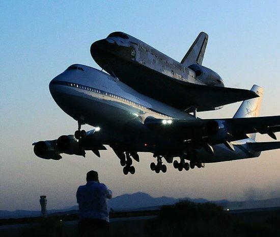 波音747背发现号航天飞机回家(组图)
