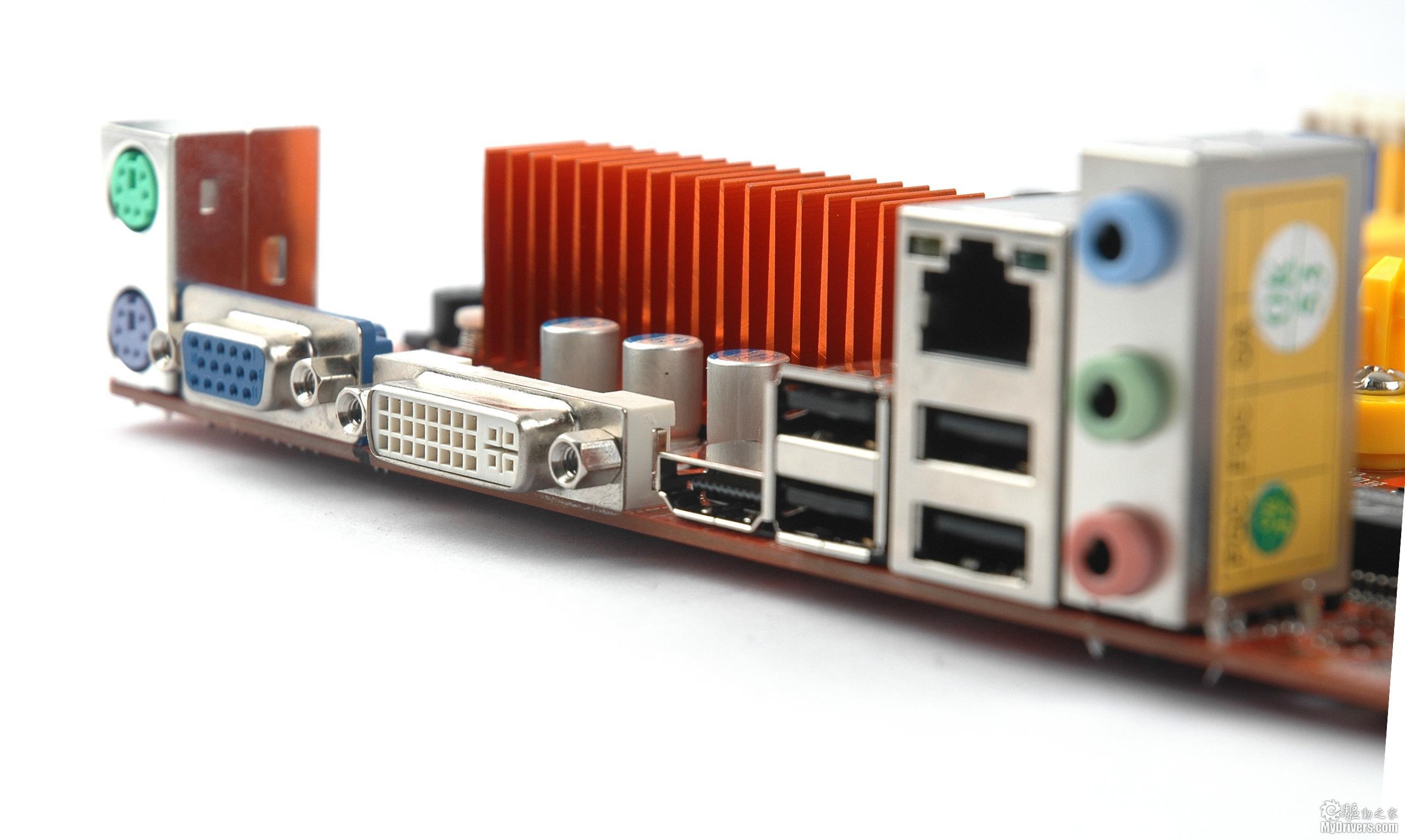 [主板赏析二]  梅捷SY-A88GM3-GR主板采用的是SB710南桥,虽然定位上低于SB750,但是对磁盘性能来说,两者差别也仅限于对RAID 5的支持,对于普通用户来说并没有太大用处。这款主板共为用户提供了6组SATAII接口和一个IDE接口。  在北桥和电池之间我们还可以看到一颗三星的1.2ns显存,它为集成的HD 4200提供了128M的独立显存,这样可以更少的占用主板的内存容量,让性能更强。  在多媒体和网络方面,这款主板采用了Realtek提供的高清音频解码芯片和网络控制芯片,能够为用户提供