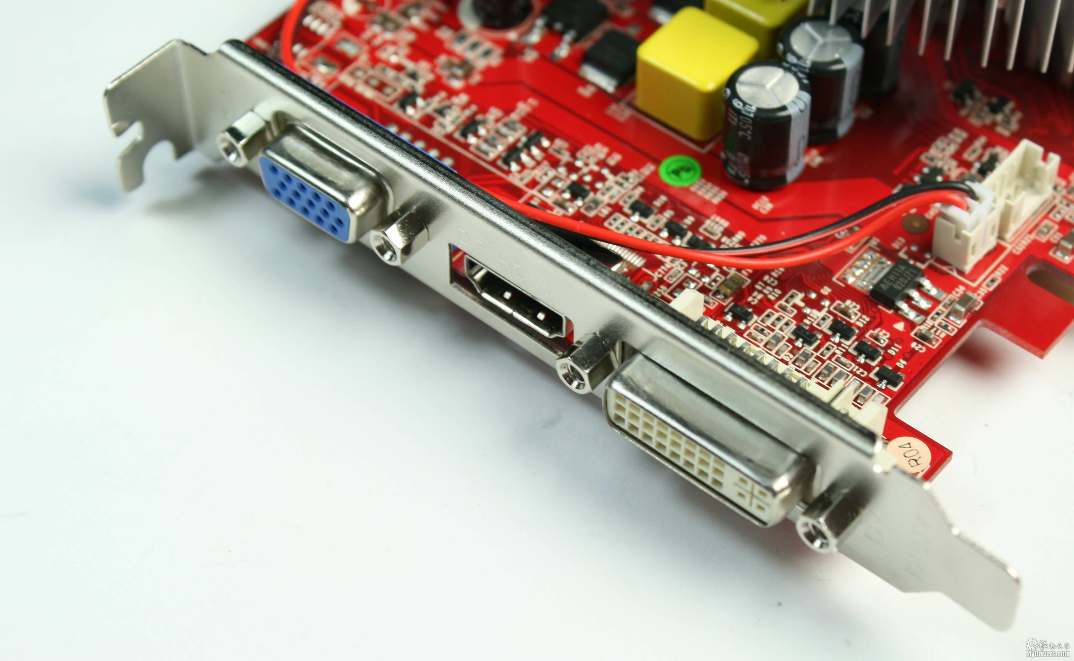 [2.七彩虹GT 220黄金版512M赏析]  七彩虹GT 220黄金版显卡 七彩虹GT 220黄金版显卡的布局相当紧凑,占用空间很小,由于自身定位于HTPC领域,这样小巧的身材可以轻松置于小型HTPC机箱中。  显卡散热器 得益于先进的40nm工艺,GT 220显卡的发热有了大幅降低,对散热系统的要求不甚强烈。七彩虹依然为这款显卡配置了铝质散热器,密集的鳍片有助于快速散热,结合告诉开放式设计的滚珠风扇可以带来优异的散热效果。  GT216核心 这款显卡的核心代号为GT216-300-A2,GT216虽然