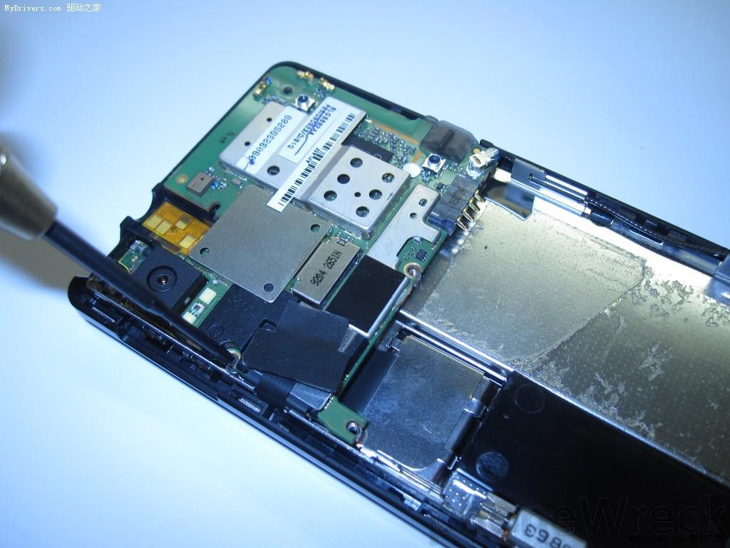 拆下电路板上的螺丝,才可以拿下电路板.