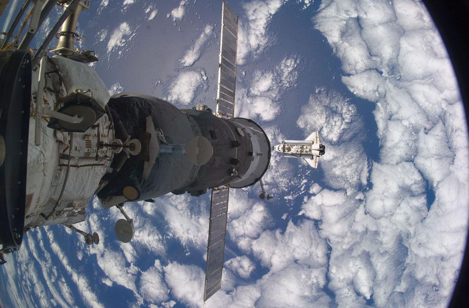 国际空间站与阿特兰蒂斯号航天飞机