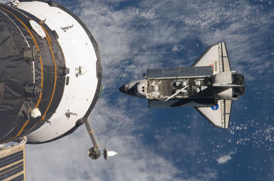 """北京时间21日将近23时,与国际空间站成功对接的美国""""阿特兰蒂斯""""号航天飞机两名宇航员福尔曼和布莱斯尼克走出国际空间站。他俩此次太空行走任务是为国际空间站安装一套无线视频通讯系统、一套重达6350千克的外部备用品储藏系统。两名宇航员在舱外作业5个半小时后""""加班""""了38分钟,不仅完成计划中的任务,而且还完成数项额外工作。  美国阿特兰蒂斯号宇航员太空行走自拍  宇航员迈克尔·J·福尔曼  宇航员太空自拍  迈克尔·J&"""