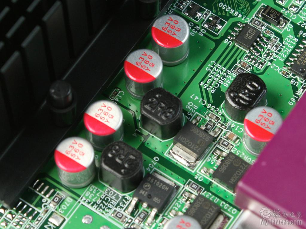 [2.七彩虹C.D41T赏析] 这款七彩虹C.D41T即采用了单核心版本Atom D410处理器,主频1.66GHz,二级缓存512KB,最大支持4GBDDR2-800/667内存,热设计功耗10W。另外还集成了Intel GMA3150显示核心,搭配的是单芯片的NM10芯片组。从图中可以看到一块很大的散热片,由于新Atom的低功耗和低发热量,已经不需要任何风扇散热,只需一块大面积的普通散热片覆盖Atom D410和NM10芯片即可,所以在静音方面会有上佳表现,免去了烦人的风扇噪声。  七彩虹C.