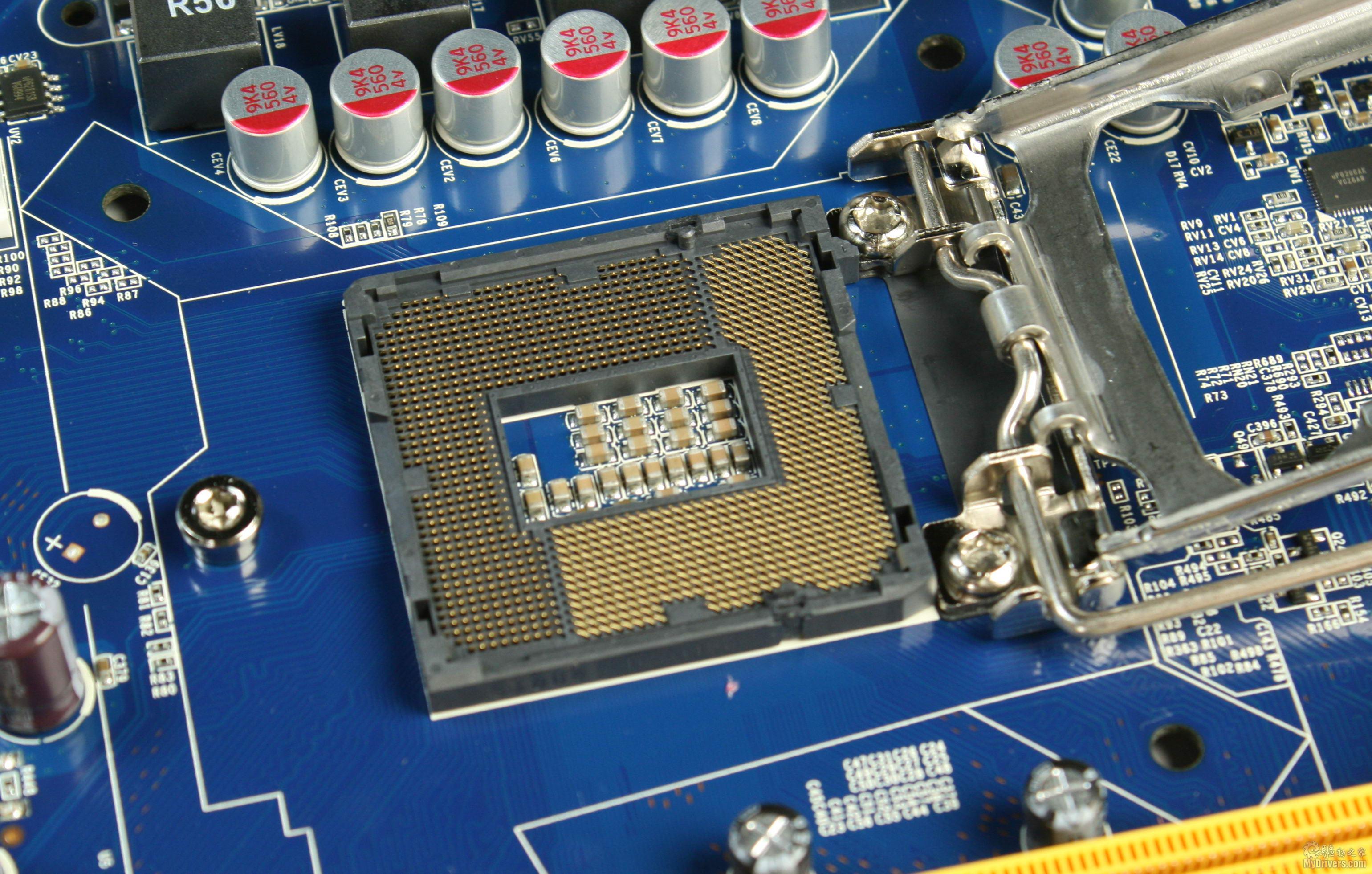 [2.盈通战神P55主板赏析之一]  大板型布局 盈通战神P55主板使用了高端主板常见的全尺寸大板设计,宽大的板型使得元件的布局空间很充沛,也为散热提供了充足的余地。  LGA1156底座 盈通P55主板支持45nm工艺的酷睿i5-700、i7-800系列处理器,同时也支持最新的32nm的i5/i3处理器,只是此时不能使用CPU内置的集显进行输出。  四条内存槽 主板提供了四条DDR3内存插槽,并以橙色、黄色区分以帮助用户正确组建双通道内存。每条插槽最大支持4GB,总容量最大支持16GB,同时内存部分也使