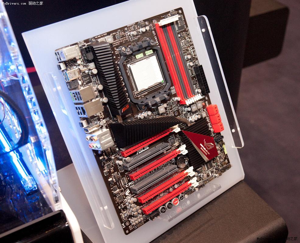 两款玩家国度890FX主板的型号则是Coresshair IV Extreme和Crosshair IV Forumula,前者面向极致发烧友,拥有超频玩家所梦想的几乎一切功能特性,后者则针对高端游戏玩家,功能特性上稍弱一些。 Coresshair IV Extreme堪称有史以来最豪华的AMD平台主板了,单单是板型尺寸就大于常见的ATX标准,而接近于EATX标准。规格方面提供了四条PCI-E 2.