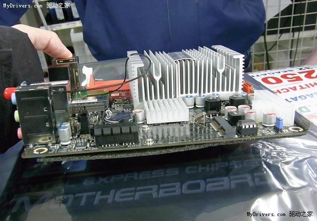 "Pine Trail Atom新平台发布后,来自Intel原厂的两款Mini-ITX迷你主板套装很快就出现在市面上,但规格比较保守,特别是缺乏DVI/HDMI、S/PDIF接口成了影音爱好者的遗憾。今天,来自索泰的一款""NM10-ITX WiFi""(NM10-A-E)终于弥补了这一遗憾。 该主板也采用Mini-ITX迷你规格,基于Intel NM10 Express单芯片芯片组,搭载Atom D510 1."