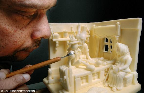 据国外媒体报道,人们都知道吃太多黄油不利于健康,但是,谁曾想到有人竟能用黄油雕出惟妙惟肖的艺术作品。 世界上最有想像力的厨师维普拉·阿斯科拉勒用黄油成功雕塑了一辆劳斯莱斯车、一个《木偶奇遇记》中的场景和《花衣魔笛手》的故事情节。做这份工作需要小心翼翼,在雕塑作品时他甚至不能对着黄油呼气,那会让黄油看起来像要融化,但是,阿斯科拉勒称,他的秘诀是使用合适的黄油类型。他选择起酥油(人造黄油)而不是普通黄油,这种人造黄油经常是在较高的温度下才会融化。 46岁的阿斯科拉勒日前在伦敦举办的国际厨师烹饪大