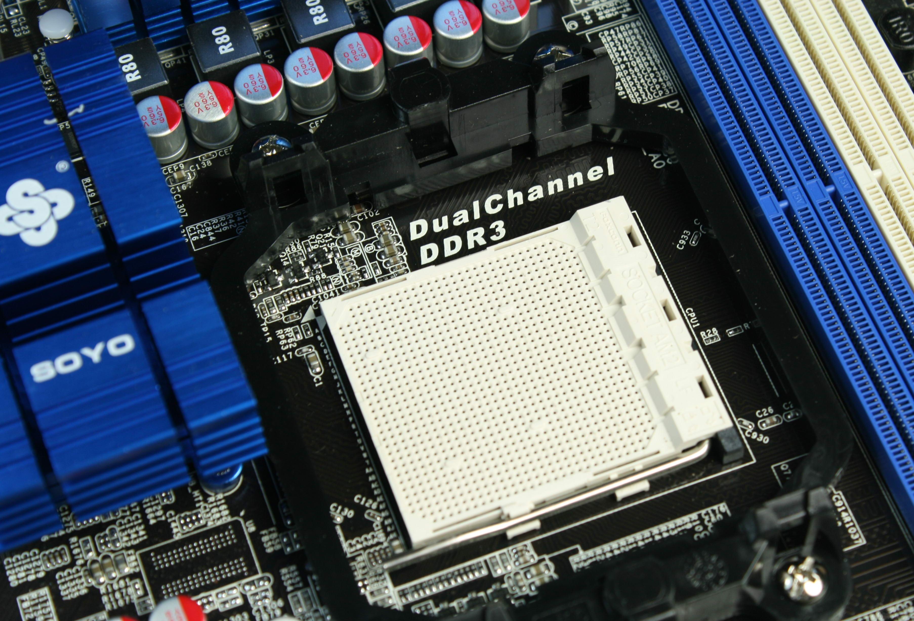 [2.梅捷SY-A7M3+主板赏析一]  ATX大板设计 这款主板采用了ATX大板型设计,布局空间游刃有余,黑色PCB也带给人以尊贵、高端的视觉感受。  CPU插槽 梅捷A7M3+主板采用了AMD 770芯片组,提供的CPU插槽是AM2+的,但是也支持目前主流的AM3处理器,而且提供的内存正好也是双通道DDR3。  DDR3内存槽 这款主板提供了四条DDR3内存,并用清爽的蓝白二色区分双通道,内存部分也使用了全固电容提供独立供电。  PCIE扩展槽 AMD 770芯片组本身并不支持交火,不过这一功能早已被