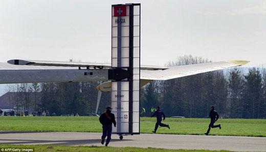 """据国外媒体报道,4月7日在瑞士一个军用机场跑道上,拥有4个推进器的""""阳光动力号""""太阳能飞机以28英里每小时(合45公里每小时)的速度起飞。在没有消耗任何燃料而只靠太阳能提供动力的情况下,""""阳光动力号""""进行了长达90分钟的试飞。 据悉,""""阳光动力号""""的翼展(飞机两翼端之间的距离)达63."""