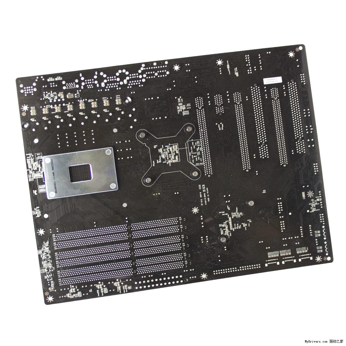 """昨天刚刚曝光,EVGA的新款高端主板""""X58 FTW3""""(For The Win)今天就正式发布了,拥有高性能玩家所追求的诸多特性。  X58 FTW为标准ATX板型主板,Intel X58+ICH10R芯片组,8+2相PWM供电设计,支持LGA1366 Core i7-900系列处理器,六条三通道DDR3内存插槽最大容量24GB、最高频率1600MHz+,扩展插槽有两条PCI、一条PCI-E x1和三条PCI-E 2."""