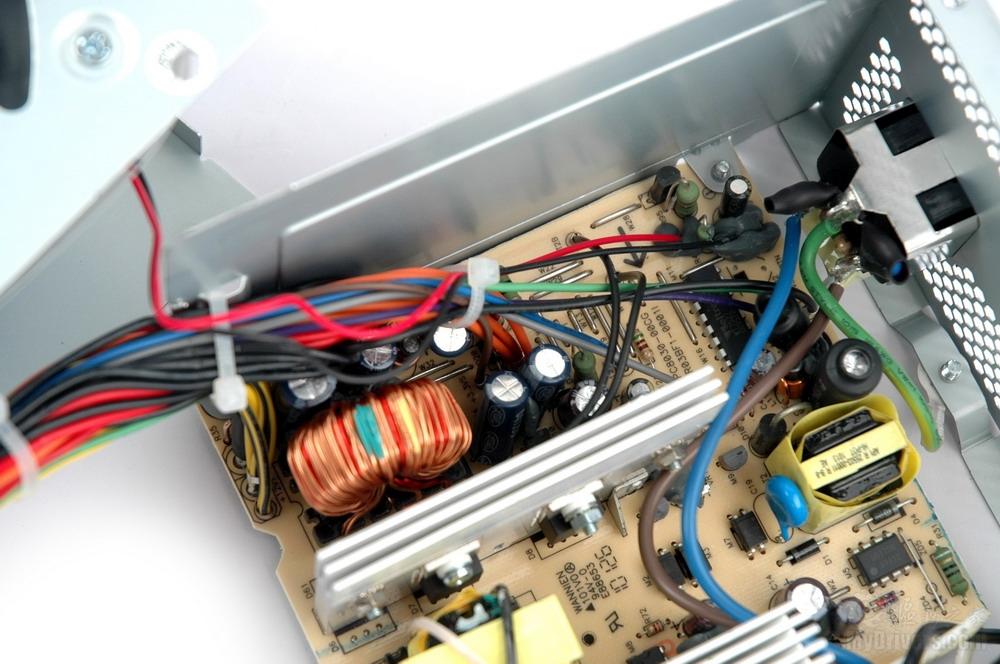 [内部拆解二] 酷冷至尊战神400内部结构比较整齐,但受限于成本,没有使用更多元件,比如一级EMI部分就直接由线路和热缩套固定,没有采用单独PCB。  一级EMI  二级EMI  高压滤波部分采用两个470微法电容  变压器和散热片  低压滤波部分的电容和线路  120mm超静音合金轴承风扇,最大电流为0.