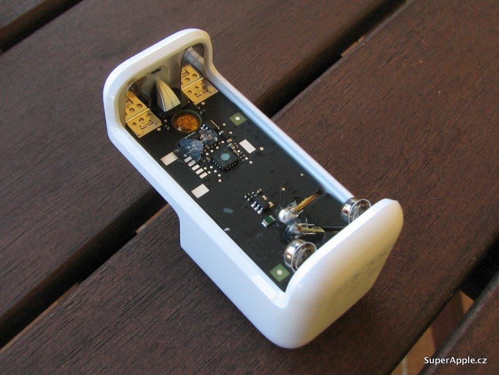 苹果充电电池拆解 实为三洋eneloop