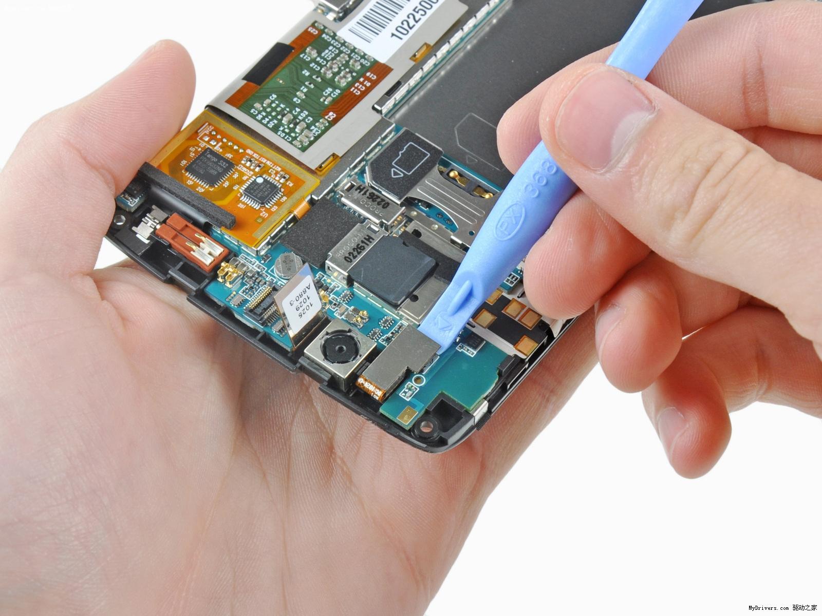 拆下主板之前必须将触摸屏显示器的排线及控制按钮连接线断开     C形主板很容易取下,这样的主板可以节省更多的空间  在主板顶端附近有一个MicroSD卡插槽,内置有容量为2GB的存储卡,但是不允许用户访问,这是用于存放内部系统和应用文件的空间   主板上的芯片,红色部分高通QSD8250 Snapdragon处理器,橙色部分Analog Devices ADV7520低功耗HDMI/DVI传输器,黄色部分海力士H8BES0UU0MCR MCP(基于NAND),绿色部分高通公司MXU6219射频收发器,