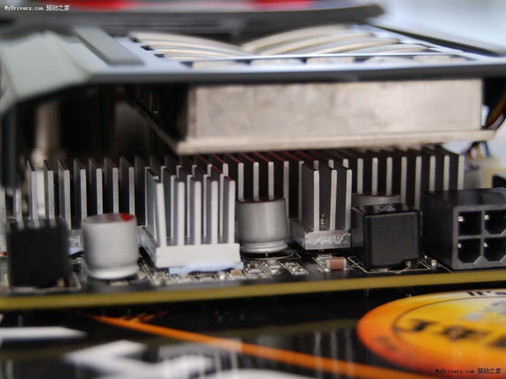 索泰gtx460毁灭者在供电部分也增加了散热片,降低了整张显卡的运行