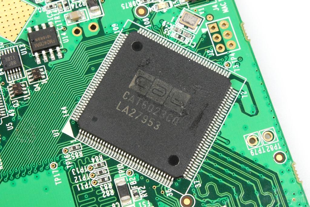 【四、影驰GTX 460 WHDI内部拆解】 理工科的玩家一般都喜欢拆解,喜欢看完外表再看看内部构造,难得遇到全球首款无线显卡,所以此次的拆解自然不能落下,我们也可以借机对影驰这款GTX 460 WHDI显卡所使用的具体芯片有一个明确的了解。 影驰GTX460 WHDI搭载了基于Amimon WHDI技术的发射模块,包括控制部分和WHDI无线发射部分,其中控制部分由一颗ARM Cortex-M3 32位内核处理器和一颗HDMI解码芯片组成,后者则由两颗Amimon芯片组成,通过四个PA进行功率放大,最后由