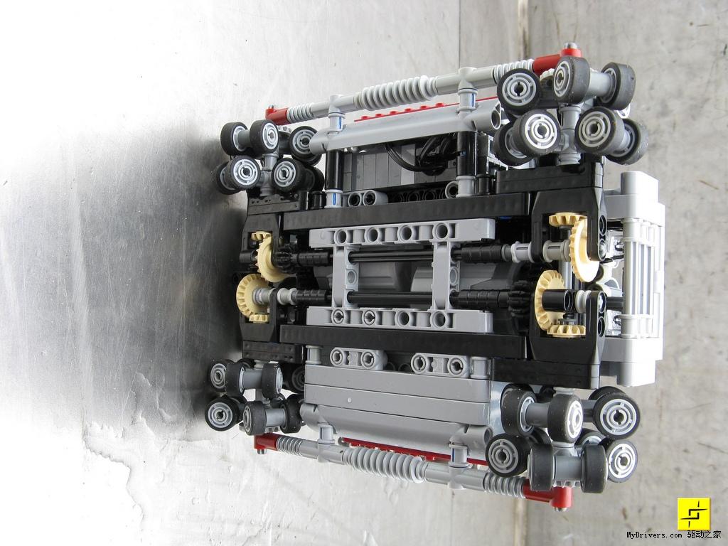 看到每一个轮子的结构,这样的设计可以让赛车控制转向时更加的灵活.