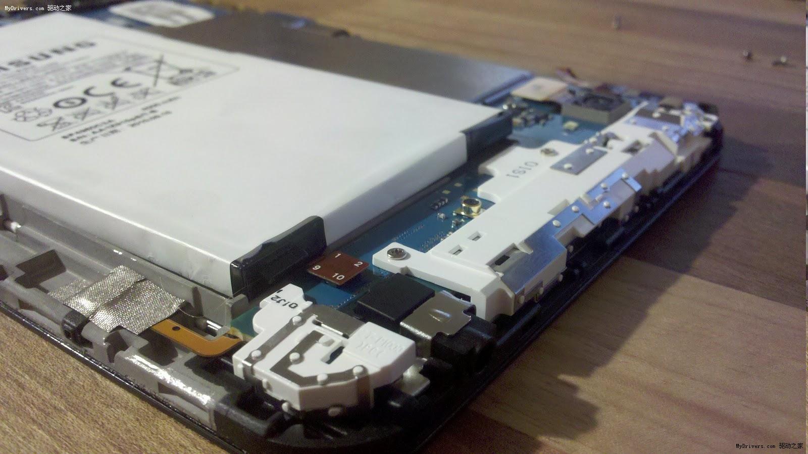 系统功能、硬件性能是许多消费电子所标榜的卖点,但是对于用户来说,续航能力才是更重要的关注点,没电的时候一些都是浮云。目前平板机领域除了iPad之外,卖的最火的就是三星的Galaxy Tab了,这款设备的续航能力究竟如何? 据三星介绍,Galaxy Tab使用了一块4000mAh的锂离子电池,可以提供8小时的续航时间。相对于手机等小屏幕产品,平板机的屏幕显示将会消耗更多的电量,必须有一块大容量电池才能保证正常使用,不过Galaxy Tab的电池有点太大了。 有网站拆解了Galaxy Tab,在机身内发现了三