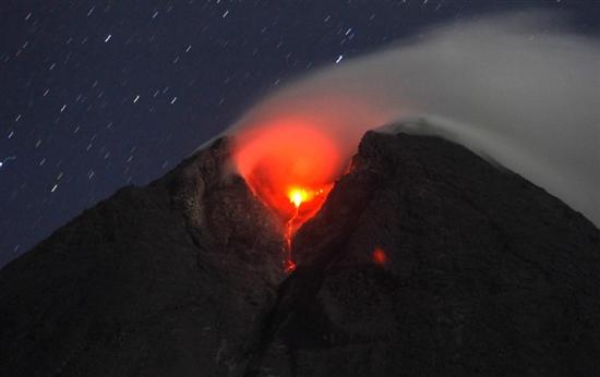 印尼默拉皮火山伴随闪电喷发景象