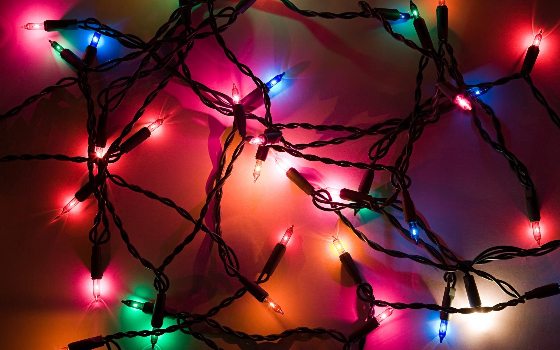 """圣诞节本来是西方人的传统节日,而随着东西方文化的水乳交融,这个""""老外的春节""""也被越来越多的国人所看重。今天距离圣诞节还有一个月时间,微软就提前准备了一份小礼物:新款Windows 7主题""""节日彩灯""""(Holiday Lights)。 套用微软的话,""""这个Windows 7主题将利用节日庆祝、冬日美景的激情图片的来照亮你的桌面""""。主题内包含了多达17张充满圣诞节气氛的精美壁纸,其中可以看到圣诞树、彩灯、蜡烛、松果、雪花、小船甚至是椰子树"""
