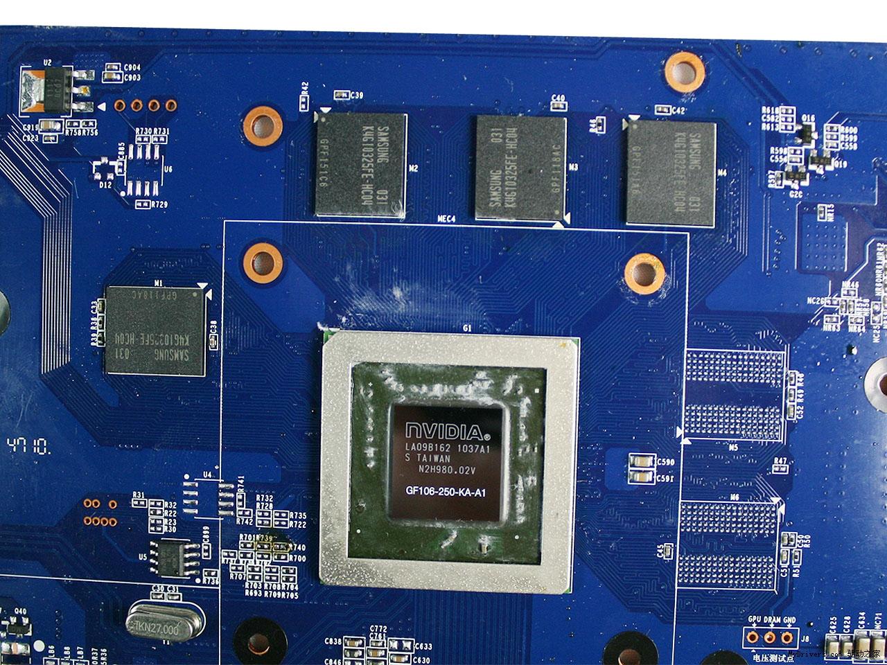 【产品拆解赏析】 显卡PCB正面,右侧是供电设计,GPU核心周围环绕着6个显存位置,不过目前盈通GTS 450游戏高手显存位宽为128bit,所以留下了2个显存空焊位。  盈通GTS 450游戏高手核心采用了40nm制程的GF106-250-KA-A1核心,显存则采用了三星0.4ns GDDR5显存,默认频率为825/1750/4000,相信显卡还会有非常大的超频空间。  PCB背面我们可以清楚的看到显卡采用了独立的Drive驱动, PWM芯片采用了UPI的uP6218,最高支持8相供电设计,而盈通GTS