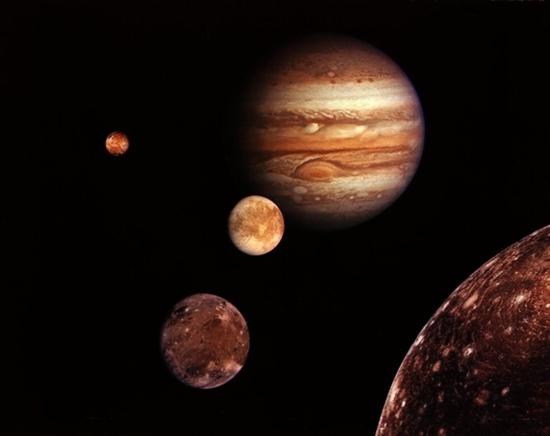 """旅程回眸  据国外媒体报道,美国宇航局""""旅行者1号""""飞船在经过长达33年的长途跋涉后,目前已经接近太阳系边缘。33年来,肩负着人类探索更远宇宙使命的""""旅行者1号""""飞船为人类传回了大量的重要探测成果和无数美丽壮观的精彩太空图片。这些成果和图片见证了""""旅行者1号""""33年来的光辉历程。  图为1977年9月5日,在美国佛罗里达州卡纳维拉尔角,Titan III/Centaur火箭将""""旅行者1号""""飞船送入太空。  两艘"""