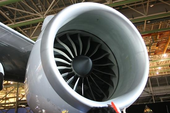 波音747-8洲际飞机发动机特写