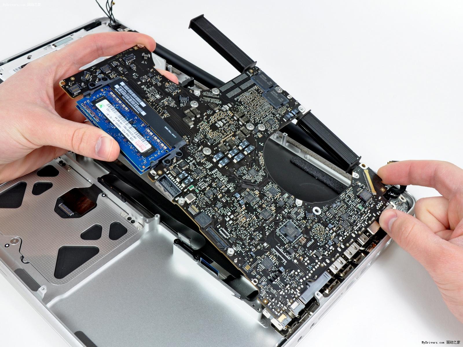苹果今天发布的新一代MacBook Pro外观并未作出修改,但Sandy Bridge处理器平台,以及Thunderbolt新一代I/O接口的引入都预示着它可能在内部进行了较大的设计升级。在新机上市的当天,拆解专家iFixit就放出了他们的拆解报告。  此次拆解的新款MacBook Pro为15寸机型,首次标配了四核Core i7处理器。图中USB接口左侧即为升级新增的Thunderbolt接口,替代原有的Mini DisplayPort(Mini DP设备/转接头在Thunderbolt接口上仍可使用)