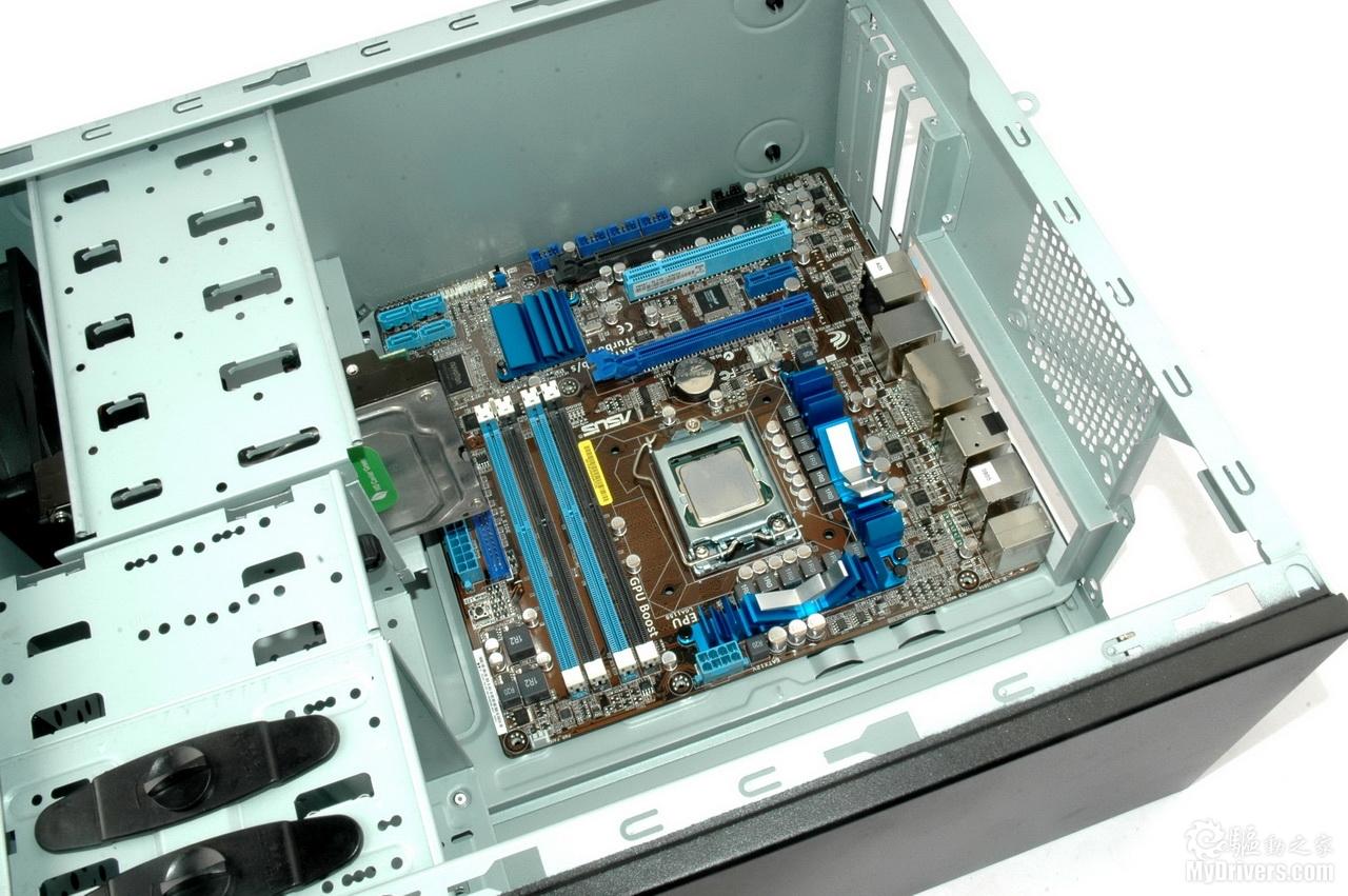 从上图可以看到,将硬盘安装在底部硬盘位时,硬盘前端会碰到机箱前置图片