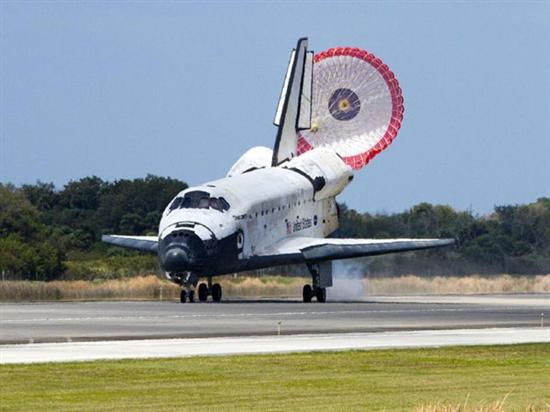 """北京时间3月10日消息,发现号航天飞机于美国东部时间3月9日中午11时57分,顺利降落在位于佛罗里达州卡纳维拉尔角的肯尼迪航天中心,发现号航天飞机就此完成了最后一次空间任务。据了解,退役后的发现号将入驻华盛顿的史密斯索尼安学会宇航博物馆供人纪念。 综合美宇航局官网报道,""""发现号""""是于13天前开始本次太空飞行,主要任务是向国际空间站输送物资和机器人。随着当日""""发现号""""安全降落,自1984年首度升空的发现号在其27年的生涯中,共执行39次太空任务、飞行距离达2."""