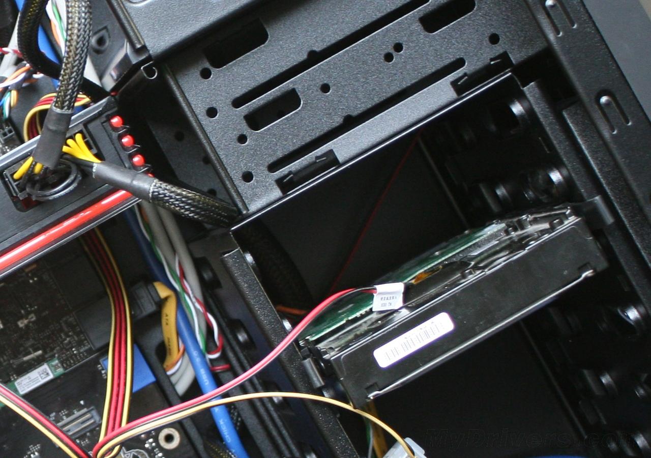 足以安装hd 6970,不过安装显卡以后机箱中间的两个硬盘位置就杯具了图片