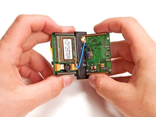 背面有一块备用纽扣电池负责时钟和维护gps接收机的sram,以便有更快