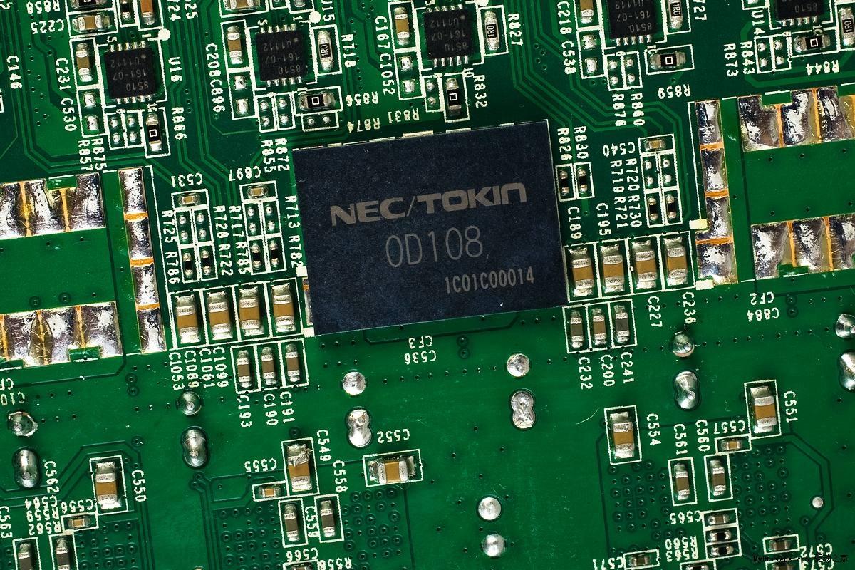 在NVIDIA公司发布Geforece GTX 560之时,我们突然发现显卡界又多了一个新秀——禾美显卡,对于这个新生的显卡品牌相信大家都很陌生,下面就让我们通过禾美的首款产品——禾美N560阿帕奇D5 1024M显卡来了解一下这个新晋N卡厂商。 从显卡的名称上我们不难看出设计师很可能是一个军事迷,一般情况下军规产品带给我们都有一种冷峻冷酷棱角分明的感觉,这款N560阿帕奇D5 1024M显卡外观上的第一视觉确实给我们带来了类似感觉。这款显卡的整个散热器外罩