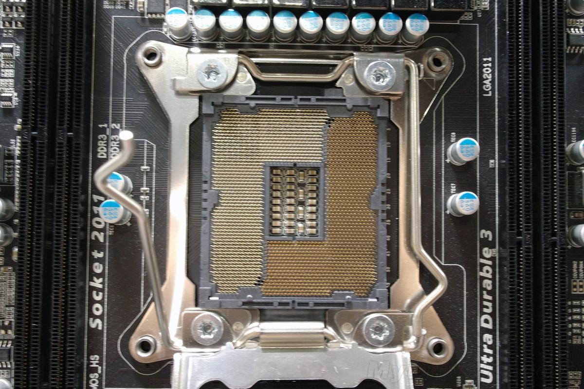 Computex 2011一开幕,技嘉就拿出猛料,展示了世界上第一款基于X79芯片组、面向Sandy Bridge-E处理器的新主板。 该主板型号GA-X79A-UD3,超耐久三代设计,亚光黑色调,不过UD3级别对Sandy Bridge-E这种发烧平台来说似乎有点儿太低了,6相处理器供电也过于简单,看样子今后还会有更疯狂的。 处理器插座是新的LGA2011,两侧分布着各两条DDR3 DIMM内存插槽,支持四通道。SATA存储接口有多达十四个,其中SATA 6Gbps十个(白色)、SATA 3Gbp