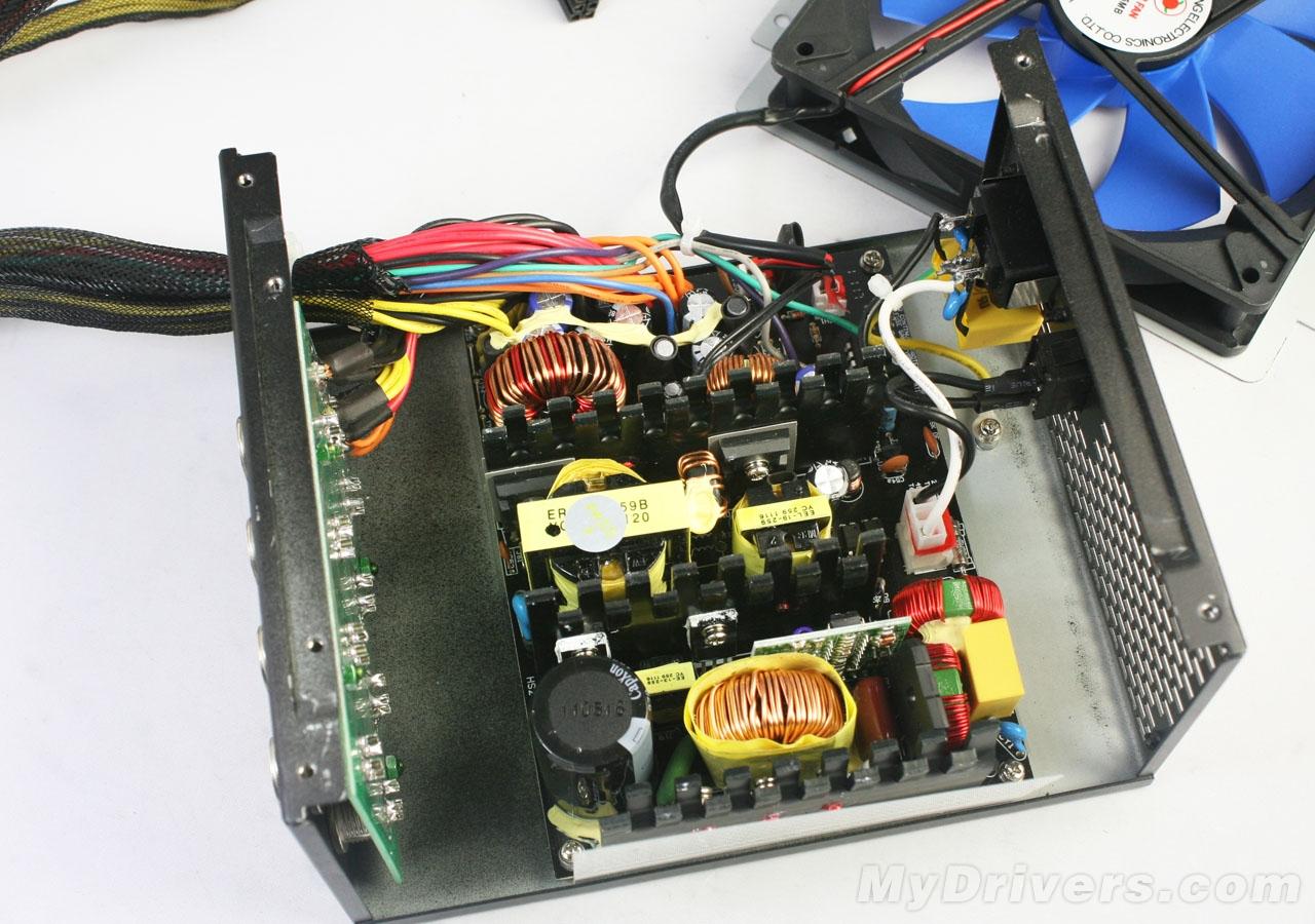 【鑫谷GP550BH电源拆解】  鑫谷GP550BH电源并不像其它电源一样将风扇直接安装在电源顶盖上,而是单独安装在PCB上方。  拆下的风扇  电源内部构造  一级EMI电路  二级EMI电路,除了比较常规的用料之外,还加入了铁氧体磁珠,杂讯更低,有效降低EMI传导骚扰  整流桥采用日本新电源日本株式会GBU系列整流桥。规格8A-800V,大电流高耐压,扁桥设计更有利于散热。  GP550BH拥有主动式PFC节能电路,采用虹冠CM6800G控制芯片,功率因素高达0.
