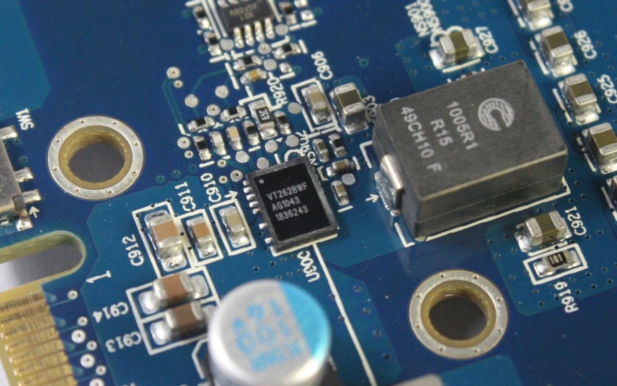 """温度、功耗及单卡超频测试 温度: 真空腔均热板散热是蓝宝""""毒药""""系列的主打招牌,也是系列显卡最大的卖点之一,而接下来的温度实测就是对其最好的检验。温度部分,选取显卡2D待机以及满载(Furmark极限拷机),利用微星Afterburner实时监控,待连续运行带显卡核心峰值温度稳定后,记录此时显卡核心的最高温度。(包括单卡和双卡交火两种状态)  待机状态,蓝宝HD 6950 Toxic单卡运行频率为:250/600MHz(数据频率),温度最高为40,风扇转速1151RPM,相当安静,"""