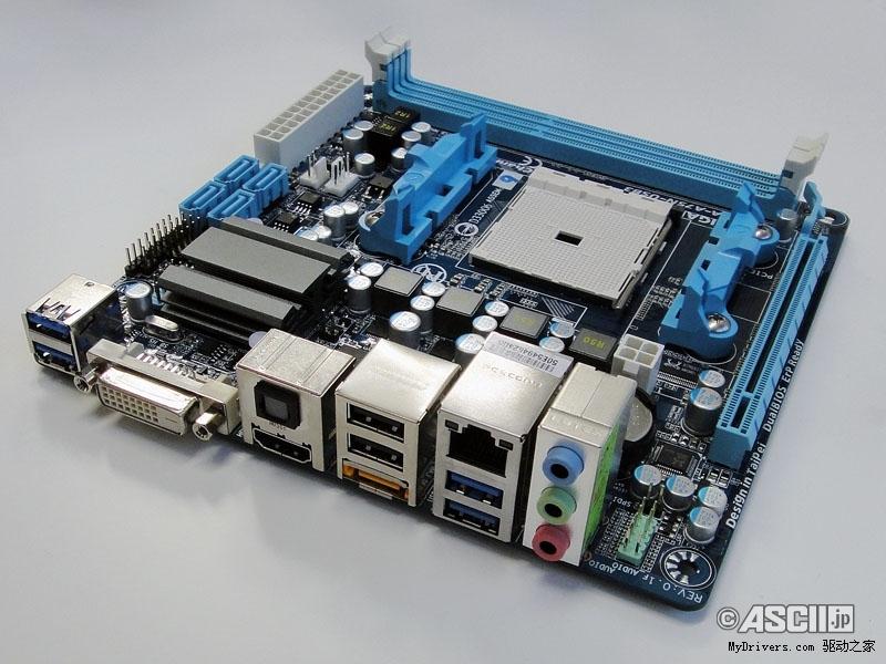 """索泰今天发布了Mini-ITX迷你板型规格的A75 APU主板""""A75-ITX WiFi"""",而技嘉也老早就预告了自己的""""GA-A75N-USB3"""",只是一直遮遮掩掩。近日在日本举行的一次媒体会上,我们终于看到了它的真身。 GA-A75N-USB3采用了技嘉传统的蓝色调,四相供电加全固态电容,用料和做工均属上乘,A75芯片组上的散热片也比较精致。处理器支持Socket FM1系列。 板子上可以看到两条DDR3 DIMM内存插槽(频率未知)、一条PCI-E 2."""