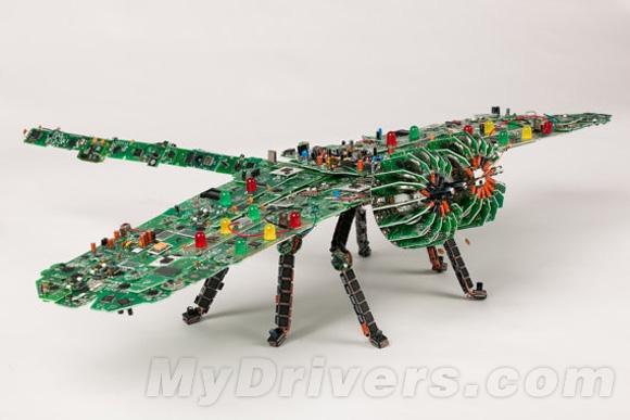 最近就有设计师通过废旧的电路板进行创作,提醒人们关注电子产品的