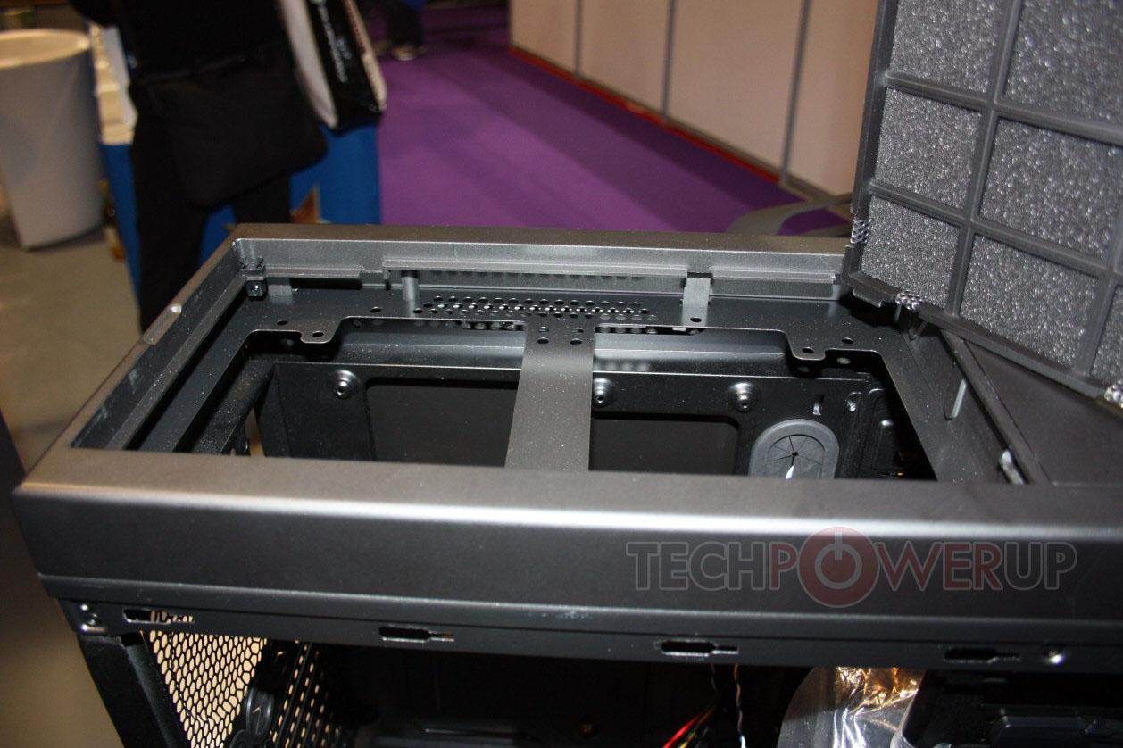 本周初TechPowerup曝光了台湾厂商火鸟即将在CeBIT上展示的两款机箱的谍照,现在他们又搞到了一些两款产品的内部结构照片供玩家先睹为快: 首先是外形比较讨喜的Mini-ITX规格小机箱,正式命名是Prodigy(神童)。此前TechPowerup称该产品可以兼容尺寸较大的显卡和CPU散热器,从内部实拍照片来看的确如此:由于主板的安装位放在了电源的上方,显卡即使是Radeon HD 6990也不会遇到什么安装的问题,一般的中高端塔式散热器安装也没什么压力,还可兼容240mm冷排。       不过图