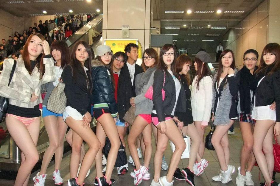 """正妹""""下半身只穿内裤搭乘台北捷运板南线"""