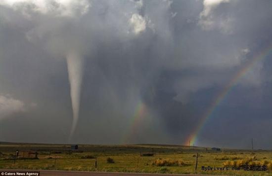 风暴猎人拍罕见画面:龙卷风与彩虹同时出现