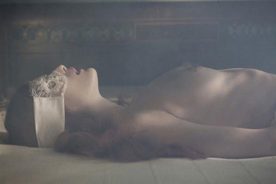手绘古代女子洗澡图片