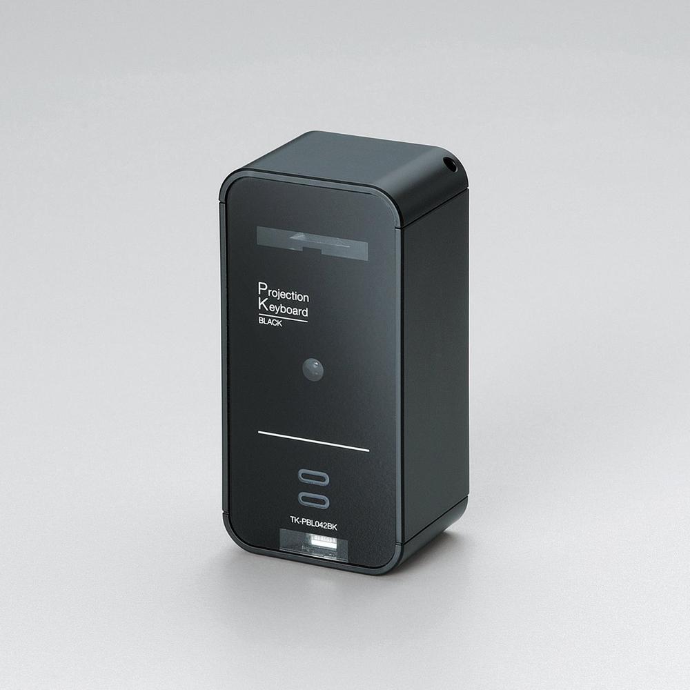 日本数码外设生产商Elecom昨日推出了一款可用于智能手机/平板电脑的微型投影式蓝牙键盘TK-PBL042BK。给不含键盘的移动设备提供了一种方便易行,不占空间的外接输入设备解决方案。只要有一块平面如桌面等就能方便地打字。 这款产品拥有USB接口,可用其连接PC使用并同时充电。与移动设备相连则是通过蓝牙2.