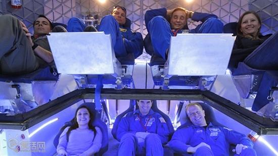 """不知道有多少同学对地球外那片广阔无边的空间心驰神往。神往归神往,太空可不是说去就能去到的地方。不过美国的SpaceX公司总算给那些上太空的人盼头,最起码,在不久将来,只要有钱,就能登上SpaceX的私人太空船,跃出大气层感受一下宇宙的感觉。 SpaceX的私人太空船计划已经进行了将近10个年头,NASA给予了他们足够的技术和资金支持。现在,是该拿出成果的时候了,SpaceX已经拿出了载人版私人太空飞船的样机。  SpaceX公司和美国宇航局的工作人员正在对""""龙""""号太空船的全尺寸模型"""