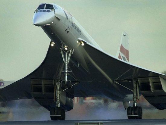 """据国外媒体报道,2003年协和式飞机进行最后一次飞行,标志着超音速商业旅行时代的结束。现在,美国麻省理工学院的科学家设计了一种新型超音速喷气客机,解决了协和式飞机面临的很多问题,可用于跨大西洋航空旅行。这款概念客机采用复翼设计,与协和式飞机截然不同。 借助于电脑模型,麻省理工学院的研究人员对复翼客机进行了测试。测试结果显示这种设计受到的阻力更小,燃油效率更高同时能够降低音爆。麻省理工学院研究员王奇奇(Qiqi Wang,音译)表示:""""音爆是超音速飞机产生的冲击波,就像炮火一样震耳欲聋,令人非常"""
