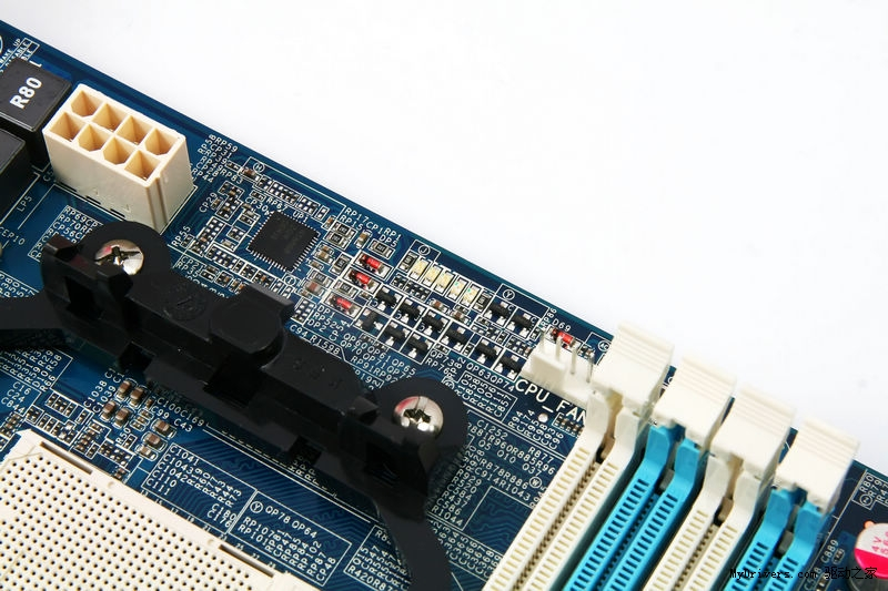盈通板卡作为国内一流主板厂商,旗下的飞刃系列主板凭借成熟的设计、精湛的做工、优质的售后服务以及丰厚的附加价值,一直被被网吧业界充分肯定。  近日,盈通宣布旗下搭配AMD推土机的900系列主板代表作:盈通飞刃A970X主板正式上市,并公布售价为499元。该主板搭载AMD RX980北桥+SB950南桥芯片组,支持AMD SocketAM3+/AM3接口的处理器,加入了两倍铜,DES节能引擎,SATA3等设计,下面我们就一起来看看。  飞刃A970X主板采用盈通第二代FREEZ概念打造,集全固态,两倍铜,大板