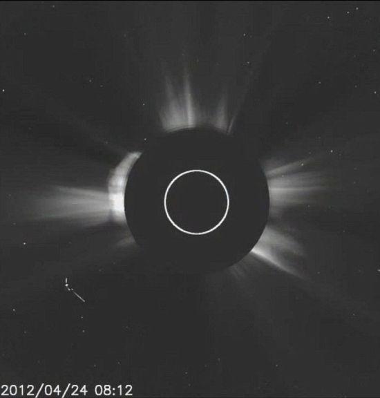 """最近公布的美国宇航局的太阳观测卫星——太阳和太阳风层探测器(SOHO)拍摄的照片,已经成为网上浏览的热点。它显示,一个在太阳附近飞行的奇怪物体看起来很像我们熟悉的好莱坞巨制中的巨型、金属""""母船""""。 UFO发烧友网站Gather News说:""""太阳和太阳风层探测器发现一个形状奇特的巨型UFO,并把有关它的录像上传到YouTube上。这个不明飞行物与以前在太阳附近发现的任何东西都不相像,不知道它为什么能够忍耐得住太阳耀斑活动发出的强热和太阳表面发生核"""