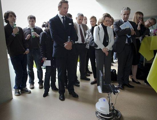 """用意念控制机器人 瑞典展示真实版""""阿凡达"""""""