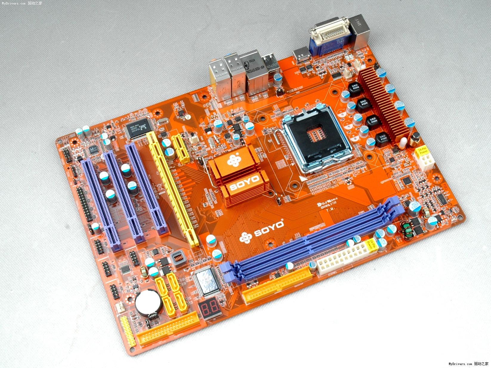 [主板赏析之一]  这款基于MCP3PV芯片组设计的梅捷SY-7100+,采用大板ATX设计。处理器方面支持1333MHz前端总线,支持Intel LGA775接口的Core 2 Quad / Core 2 Duo / Pentium E / Pentium D / Pentium 4 / Celeron D / Celeron系列处理器。  主板板载2条240pin DDRII内存插槽,支持单通道DDR2 800MHz内存。  这款主板的最大特色就是其四相供电设计,全固态电容以及全封闭电感的用料设计在主