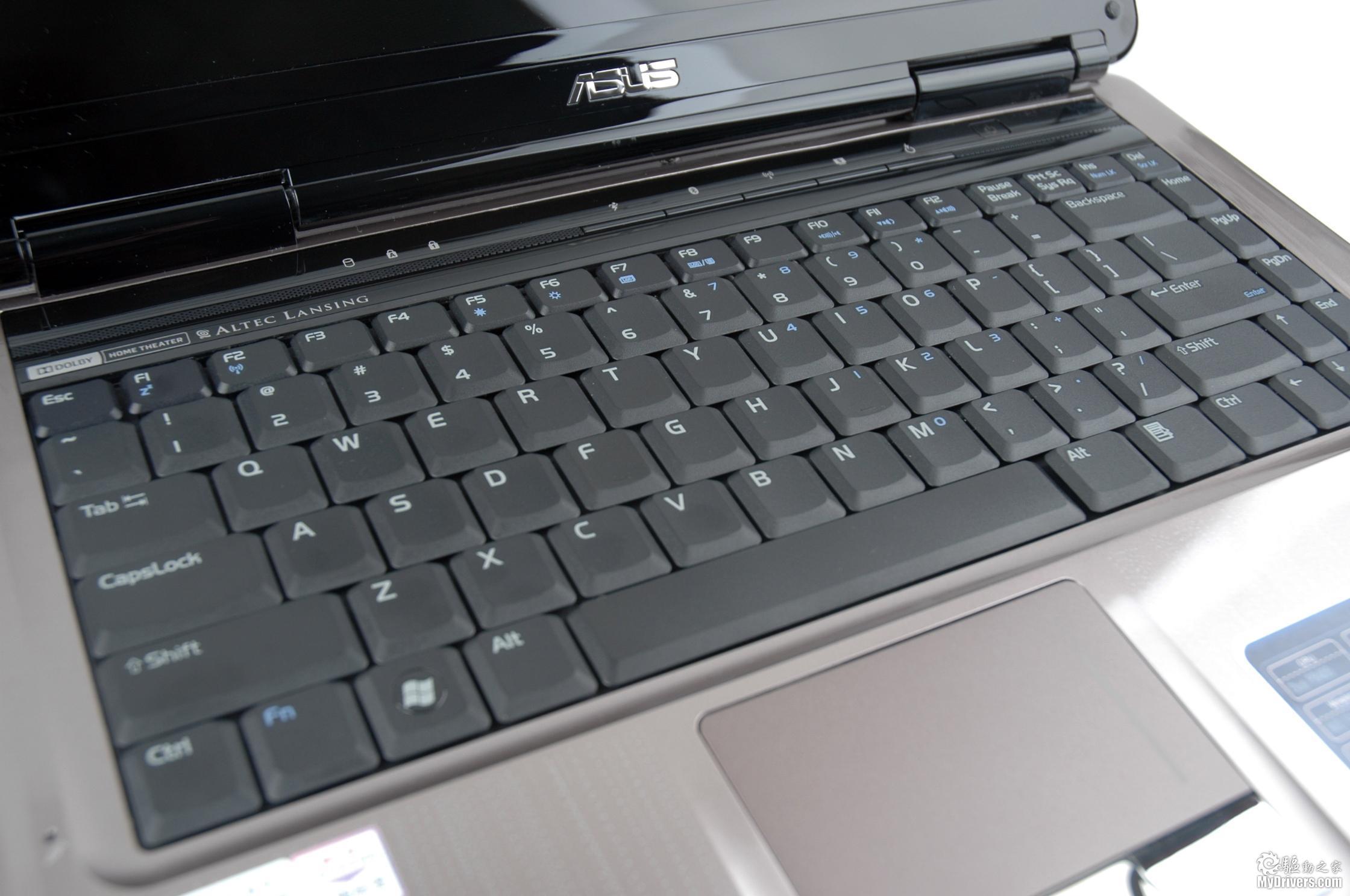 [华硕N81Vg笔记本赏析2]  屏幕与键盘部分外观 华硕N81的屏幕采用先进的16:9黄金比例宽屏设计,分辨率达1366X768,相比14.1英寸16:10比例设置、1280X800分辨率的普遍屏幕,不仅可有效消减恼人的视频黑色边框现象,在电影模式下也大大增加了可视范围。  130W像素摄像头 在屏幕正中央还设计了一个130W像素摄像头,方便用户进行日常网络视频沟通。  键盘部分特写 这款华硕N80的键盘继承了华硕优良的传统,在键距、键程方面的表现相当出色。在做工方面,该键盘的左右部分并没有出现下陷等情